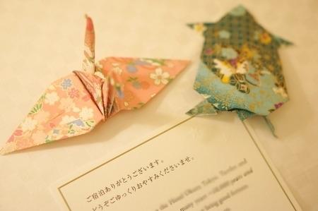 ホテルのお部屋にあった和紙の折り鶴と亀