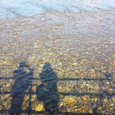 水面に映る2人のシルエット