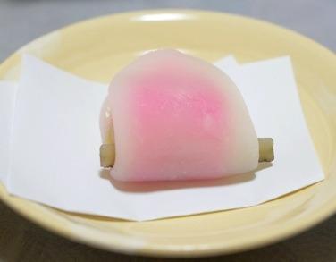 ピンク色の花びら餅