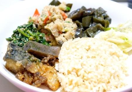 玄米ご飯と和食ランチ