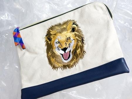 ライオン刺繍のクラッチバッグ