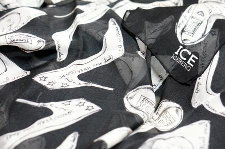 ハイヒール柄のアイスバーグのシルクスカーフ