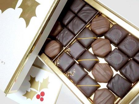 綺麗に並んだクリスマスチョコレート