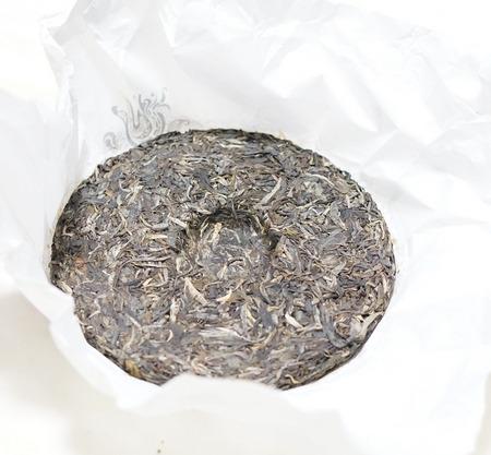 円盤型に固められた古樹茶の中身