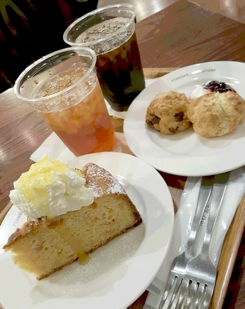 ケーキとスコーンで夜お茶