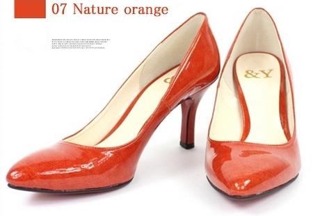 アンドワイパンプスのエナメル素材で差し色にもなるオレンジ