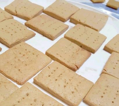 焼き上がった大豆粉のクッキー