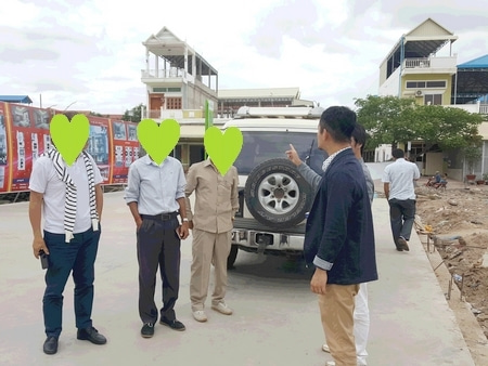 カンボジアの医療機関について説明を受けている様子