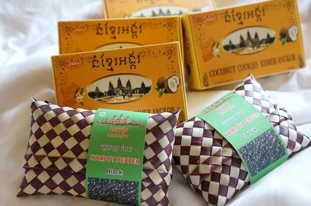 アンコールワットを象ったココナッツクッキーとカンボジアの名産品ブラックペッパー