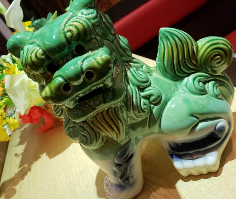 アグー豚のお店に飾られたシーサーの陶器の置き物
