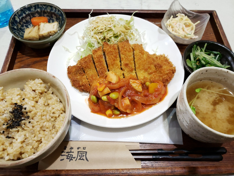 玄米ご飯とトマトソースカツの定食