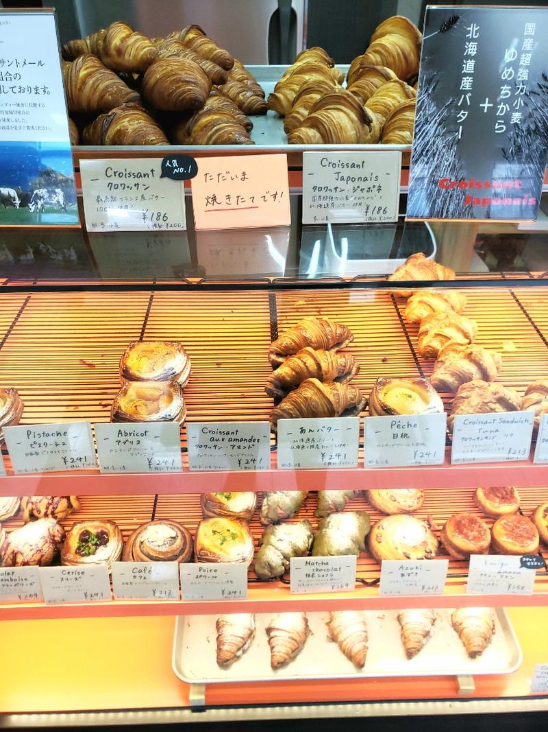 店頭に並んだ沢山のパン