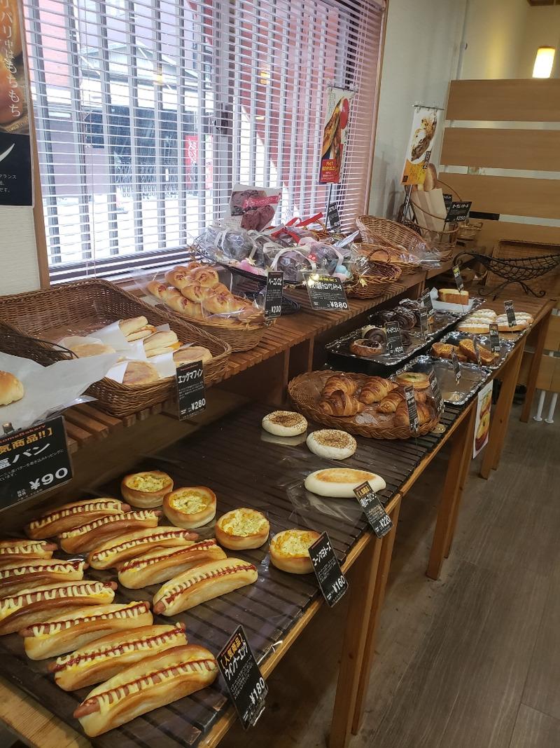 店頭に並んでいる沢山の種類のパン