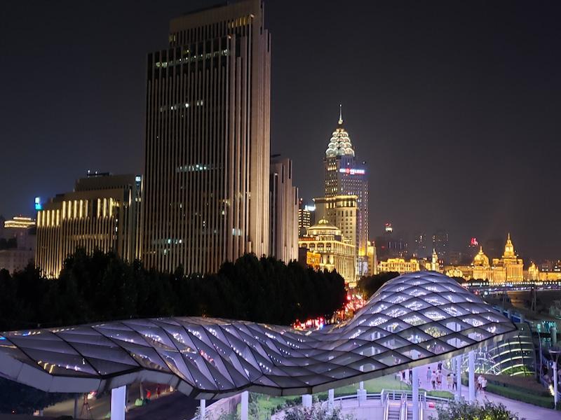上海の夜のビル群