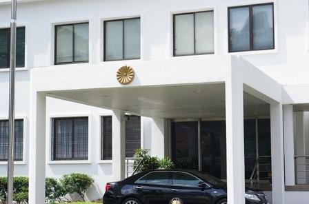 日本の警察署にめちゃくちゃ似ているマレーシアの日本大使館入口