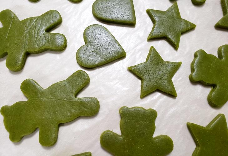 抹茶のクッキー生地の型抜き
