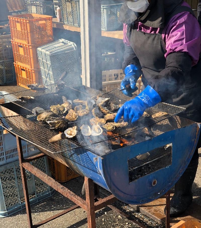 鳥羽市浦村の牡蛎小屋で牡蠣を焼く風景