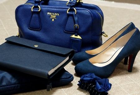ネイビーのバッグとパンプスと手帳