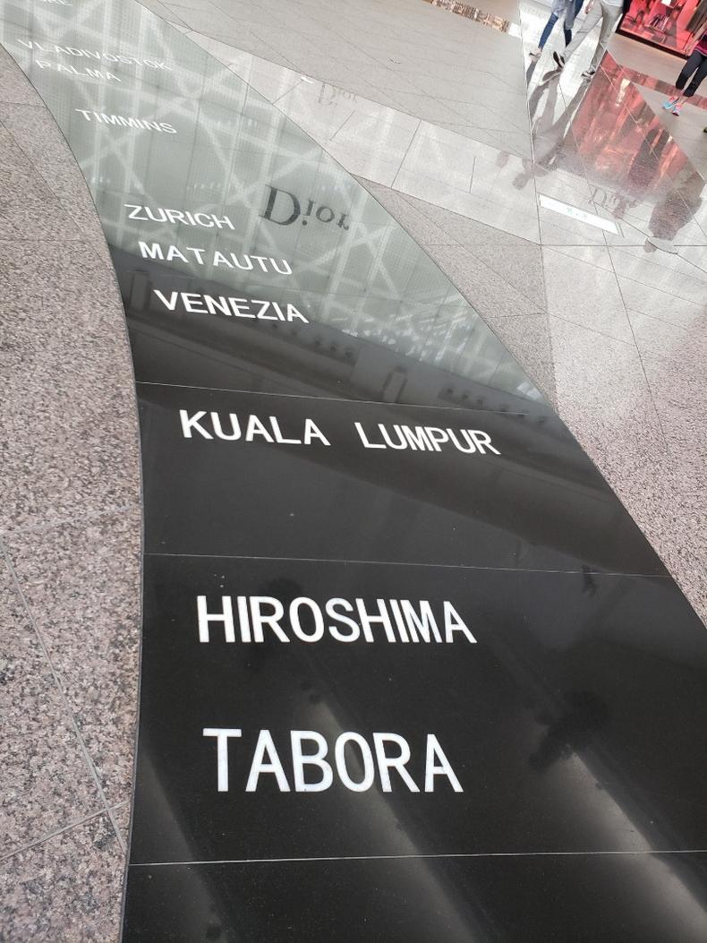 台北101展望台へ続く広場のモニュメント